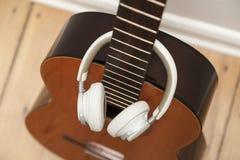 Gitarr och headphone Royaltyfri Foto