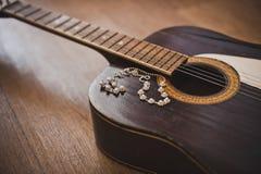 Gitarr och prydnader Arkivbild