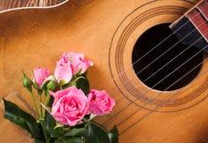 Gitarr på det wood skrivbordet Royaltyfri Fotografi