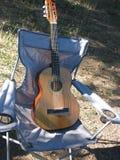 Gitarr på en stol Arkivfoto