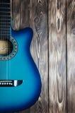 Gitarr på en träbakgrund arkivbilder