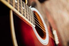 Gitarr på en träfarstubro arkivfoto