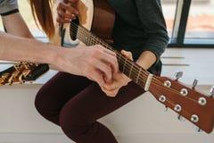 gitarr som lärer spelrum till Musikutbildning och extracurricular kurser royaltyfri fotografi