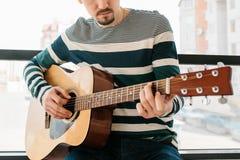 gitarr som l?rer spelrum till royaltyfri foto