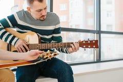 gitarr som l?rer spelrum till arkivfoto