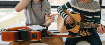 gitarr som l?rer spelrum till royaltyfri bild