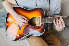 gitarr som l?rer spelrum till royaltyfria bilder