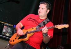 gitarr som leker den rockstar etappen fotografering för bildbyråer