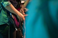 gitarr som leker rockstar solo royaltyfria foton