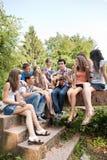 gitarr som leker sjungande tonåringar royaltyfri bild
