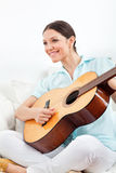 gitarr som lärer spelrum till kvinnan Arkivbilder