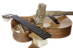 Gitarr som slås med en slägga Arkivbild