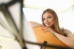 Gitarr som spelar den härliga gitarristen Portrait för kurs arkivfoton