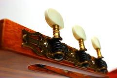 Gitarr som trimmar den akustiska gitarren på den vita bakgrunden Arkivfoto