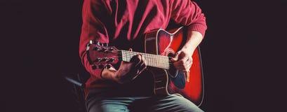 Gitarre akustisch Spielen Sie die Gitarre Konzert- und Öffentlichkeitshintergrund Weiße Schablone und Saxophon Instrument auf Sta lizenzfreie stockbilder