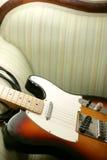 Gitarre auf Couch Stockfotos