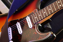 Gitarre auf dem Stand vor dem Konzert Stockfoto