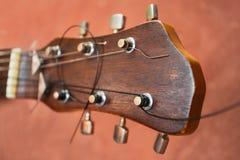 Gitarre auf einem braunen Hintergrund Lizenzfreie Stockfotografie