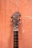 Gitarre auf einem braunen Hintergrund Stockfotos