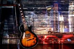 Gitarre auf Nachtstadthintergrund stockfotografie