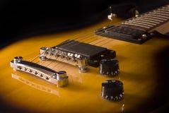 Gitarre auf schwarzem Hintergrund lizenzfreies stockfoto