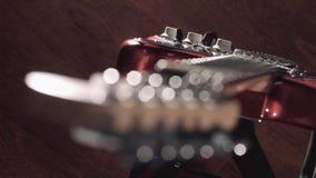Gitarre auf Stadium, das natürliche Aufflackern, das als Lichter blitzt, verschieben sich, fokussieren auf Körper stock video