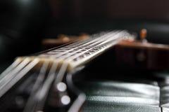 Gitarre in der Dunkelkammer Lizenzfreie Stockfotos