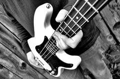 Gitarre in der Hand Stockfotografie