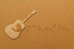 Gitarre des abgehobenen Betrages auf brauner Pappe Stockfotografie