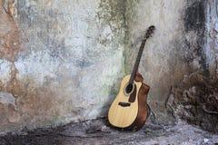 Gitarre, die auf dem Boden in einem ruinierten houseÑŽ steht Stockfotografie
