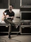 Gitarre, die im Studio spielt Lizenzfreie Stockfotos