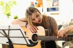 Gitarre, die Lektions-Musikpädagogik-Konzept spielt stockfotos