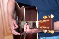 Gitarre, die vom männlichen Musiker gespielt wird Stockbild