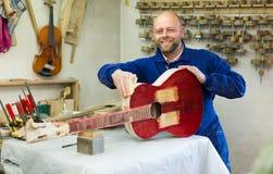 Gitarre-Hersteller an der Werkstatt lizenzfreie stockbilder