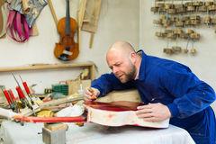 Gitarre-Hersteller an der Werkstatt stockfotos