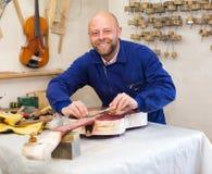 Gitarre-Hersteller an der Werkstatt lizenzfreie stockfotos