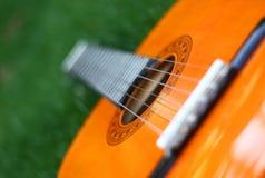 Gitarre legen auf Gras Stockbilder