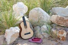 Gitarre mit Hut und Schuhen Stockfotos