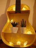 Gitarre mit Licht und Dekoration Lizenzfreies Stockbild