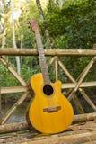 Gitarre mit Reise Stockfoto