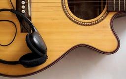 Gitarre nah oben auf Weiß Lizenzfreies Stockfoto