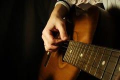Gitarre am schwarzen Hintergrund Lizenzfreie Stockfotos