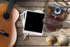 Gitarre - sofortige Fotos - Kamera und Muscheln Lizenzfreies Stockbild