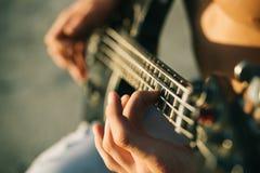 Gitarre Spielen Sie die Gitarre Weinlesemikrofon und -öffentlichkeit Weiße Schablone und Saxophon Instrument auf Stadium und Band stockfoto