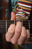 Gitarre spielend, sehen Sie anderes Foto Lizenzfreie Stockfotos
