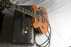 Gitarre und Ampere lizenzfreies stockbild