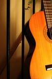 Gitarre unten am Kaffee Stockbild