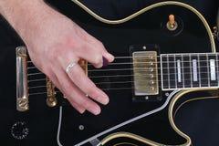 Gitarre, Zeichenkette und Hand stockfotografie