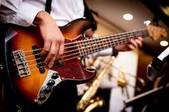 Gitarren är i händerna av en man royaltyfria foton