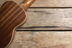 Gitarren auf Holztisch Lizenzfreies Stockbild